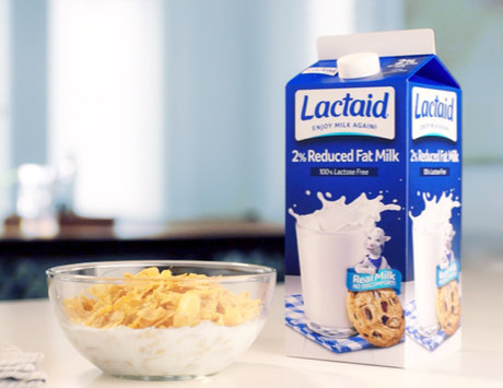Recipiente de cereales con envase de leche marca Lactaid